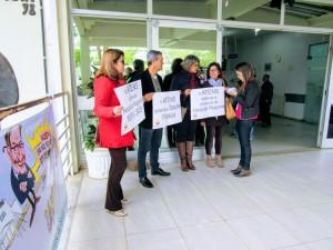 Manifestação na entrada do HUSM